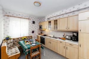 Küche mit Herd, Kühlschrank, Essecke inklusive