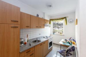 Küche mit Herd und Kühlschrank FW Klinger